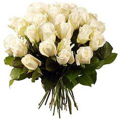 Équilibre parfait. Pureté et volupté se rejoignent et se complètent dans ce magnifique bouquet à la multitude de petites roses immaculées. Symbole de pureté, d'amour tendre et d'innocence ces merveilleuses et mignonnettes fleurs ont tout pour séduire. Bouquet virginal à offrir absolument !