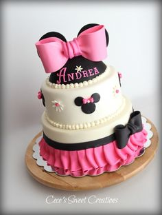Minnie Mouse Birthday Cake All is edible. Inspired by the many beautiful creations of Minnie mouse cakes on here. I decided to add a Minni Mouse Cake, Bolo Do Mickey Mouse, Mickey And Minnie Cake, Bolo Minnie, Minnie Mouse Birthday Cakes, Pink Minnie, Pretty Cakes, Cute Cakes, Decors Pate A Sucre