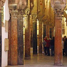 Columnas de la Mezquita de Córdoba  Un grupo de turistas atiende a las explicaciones de un guía durante su visita a la mezquita. Había una gran cantidad de italianos aquella mañana.