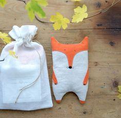 Las semillas de lino se utilizan para la fabricación de bolsas y cojines calefactantes.  Con propiedades aromáticas y analgésicas.Coloca la botella unos minutos en el microondas o cerca de una estufa o un radiador y disfruta de su calor suave y calmante.Bordado a manoMedida:  19 cm x 10 cm Relleno: semillas de lino orgánicas