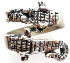 925 Jewellery Rings - This is a handmade sterling silver wrap around figural alligator ring. It is a size 5.75, hallmarked 925, weighs 6.1 grams and in excellent condition. Perfect for the University
