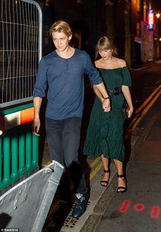 Taylor Swift holds hands with beau Joe Alwyn on date night in London Long Live Taylor Swift, Taylor Swift Album, Taylor Swift Web, Taylor Swift Style, Taylor Swift Pictures, Taylor Alison Swift, Joe Taylor, Swift Photo, Barbie