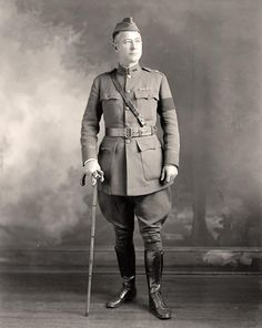 World War 1 American Uniform. The American uniform was typically made of wool, with a belted jacket with pockets on the front, trousers that were baggy and wide at the top, and skinny at the bottom. They were typically worn with boots.