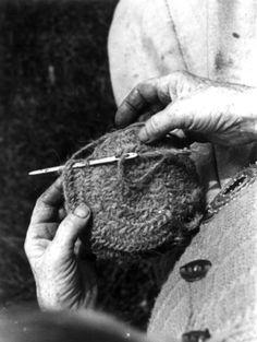 Valle, Setesdal, Aust-Agder 1939,, Annlaug K. Haugen nalbinding, The photograph is from Anna Grostøls collections. Valle, Setesdal, Aust-Agder 1939. Nålebinding, Annlaug K. Haugen. Fotografiet er fra Anna Grostøls samlinger.