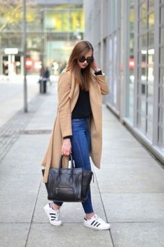 long maxi coat adidas street style- Maxi coats with Adidas outfit ideas www. Adidas Superstar Look, Superstar Sneakers, Outfits Con Tenis Adidas, Adidas Outfit, Adidas Shoes, Jeans And Sneakers Outfit, Sneaker Outfits, Mode Outfits, Casual Outfits