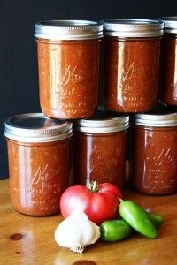 Store or gift this delicious salsa recipe! This is my favorite canned salsa recipe, and the one we make a big batch of every summer with the tomatoes and peppers from our garden. It's the best! Canning Salsa, Canning Tips, Home Canning, Homemade Salsa For Canning, Homemade Chunky Salsa, Canning Tomatoes, Canned Salsa Recipes, Canned Foods, How To Make Salsa