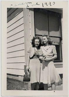 Old Photo 2 Women Dressed Up Dress Skirt Top Handbag Photograph vintage 1940s Fashion, Vintage Fashion, Women's Fashion, Fashion Bags, Fashion Ideas, Ladies Fashion, Fashion Inspiration, Fashion History, Fashion Trends