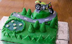 Diese Motorrad-Torte ist eine ganz besondere Motivtorte für Detailverliebte und ist wahrlich ein echter Hingucker! Motorbike Cake, Birthday Cake, Christmas Ornaments, Holiday Decor, Desserts, Food, Cakes, Cake Cookies, Baby Birthday