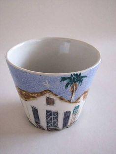 Vaso pequeno (cachepô) de cerâmica decorada com pintura feita à mão.