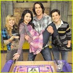 Cute pin of Miranda Cosgrove and the cast surprising her for a sweet Miranda Cosgrove Icarly, Monk Tv Show, Icarly Cast, Jenette Mccurdy, Icarly And Victorious, Nathan Kress, Plus Tv, Nickelodeon Shows, Sam And Cat
