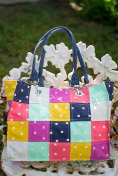 Super fun and easy patchwork tote project. The Speedy Patchwork Tote is a fun way to use up some of those scraps. The tote is fast, easy, and can be completed in an afternoon. It would be ideal for Christmas presents.
