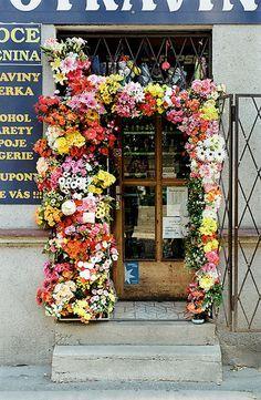 Love this flower framed door <3 via | Hippies Hope Shop