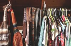 Who needs an closet when you can show off your beautiful clothes. Great bedroom idea