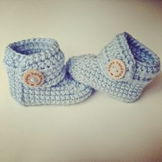 Angels handmade with love: Baby Booties gratis haakpatroon vertaald! gehaakte ba… Angels handmade with love: Baby Booties free crochet pattern translated! Crochet Bebe, Crochet Baby Booties, Crochet For Kids, Diy Crochet, Baby Uggs, Baby Boots, Baby Girl Shoes, Crochet Motifs, Crochet Patterns