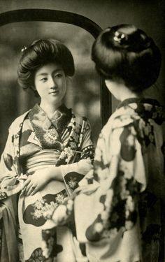 Geisha Sakae looking in a Mirror a postcard from around 1905 to 1910 Japanese Geisha, Japanese Beauty, Vintage Japanese, Japanese Kimono, Vintage Pictures, Old Pictures, Old Photos, Japanese Photography, Photo Vintage