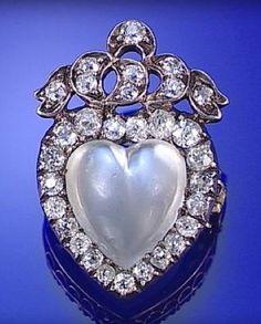 heart-shaped moonstone and diamond brooch, circa 1890 Victorian Jewelry, Antique Jewelry, Vintage Jewelry, Moonstone Jewelry, Gemstone Jewelry, Heart Jewelry, Fine Jewelry, Art Nouveau, Art Deco