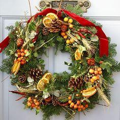 D'hiver, parfumée: pommes de pin, oranges, piments, épis de seigle, baies, feuillage varié.