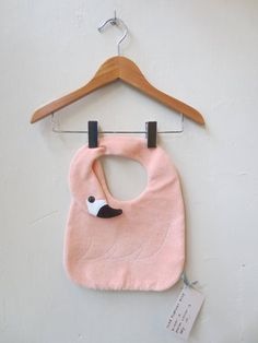 Cute baby bib shaped like a swan, made out of the finest terrycloth cotton. This bib is the ideal baby shower gift. 22 x 30 cm Baby Sewing Projects, Sewing For Kids, Sewing Hacks, Flamingo, Baby Kids Wear, Baby Couture, Best Kids Toys, Creation Couture, Baby Sprinkle
