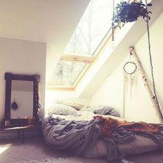こんな窓があるお部屋、あこがれちゃいますね。 温かい光差し込むこのお部屋、きっと夜にはきれいな星空も見えそう。