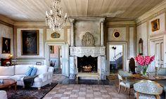 Den praktfulla öppna spisen från barocktid, då Salnecke byggdes, är en central pjäs i salongen.
