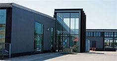 523 kvm kontor/butik ved trafikeret indfaldsvej     Erhvervslejemål på 523 kvm til kontor, butik, liberalt erhverv, m.m.     Er indrettet med flere kontorer, rum til kopi/printere, toilet/bad m.m.     Individuel indretning kan etableres efter aftale.     Lejemålet ligger i den tidligere maskinfabrik Campen på Viborgvej.     Huset Campen er i sig selv et butikscenter med flere andre erhvervslejere bl.a. Fakta og Fitness World.
