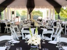 Swooning over these classic Black and White Wedding Ideas. Make a statement with your wedding by choosing the forever timeless color combination.
