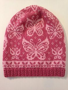 The pattern for this lovely butterfly slouchy beanie is available in swedish and english.
