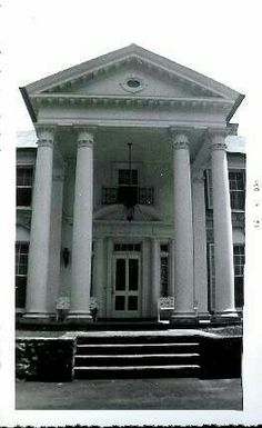Front entrance to Graceland in 1957