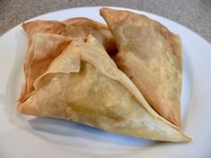 How to make an authentic South African Indian Samosa (Samoosa), fried or baked, with meat or vegetable filling and flour or Filo pastry shells. South African Dishes, West African Food, South African Recipes, Mexican Food Recipes, South African Braai, Indian Dishes, Vegetarian Recipes, Ethnic Recipes, Braai Recipes