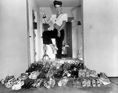 The original Brazilian-cum-Hollywood bombshell Carmen Miranda & her platform collection; Retail flooring ad If the idea of vintage reproduction shoes brings to mind … Carmen Miranda, Look Vintage, Vintage Beauty, Vintage Shoes, Vintage Outfits, 1940s Outfits, Vintage Glamour, Vintage Clothing, 1940s Shoes