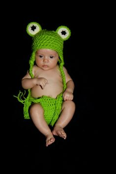 Newborn Frog Hat and Diaper Cover. Size 0-3 months.