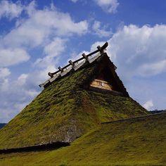 Небо Миямы #крыши #Мияма #Киото #небо #Япония #сельский #пейзаж #дранка #облака #мох #солома #тростник #крыша #кровля #Miyama #village  #kyoto #Japan  #enjoykyoto  #roof #instagraphy