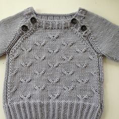 Home knitted baby cardigan: free pattern (feeling brave after a successful sock knitting weekend) Baby Boy Knitting, Knitting For Kids, Baby Knitting Patterns, Baby Patterns, Free Knitting, Sock Knitting, Baby Knits, Knitted Baby, Baby Cardigan
