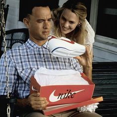 Tom Hanks and Robin Wright in Forrest Gump 90s Movies, Iconic Movies, Classic Movies, Great Movies, Tom Hanks Forrest Gump, Forrest Gump Movie, Forrest Gump Quotes, Nike Cortez, Concert Posters