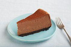 L'ajout de chocolat fondu dans la pâte et la croûte de chapelure de biscuits au chocolat transforme ce gâteau au fromage classique à la mode de New York en un dessert sublime pour les amateurs de chocolat.
