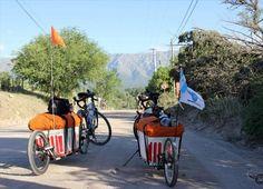 """La vuelta al mundo en bici  www.viajerosdelosvientos.com  ¿Por qué en bicicleta? La bicicleta es una tecnología humana quizá sin comparación; es mucho más eficiente que un automóvil en términos de consumo energético. Si ya de por sí el cuerpo humano es una tecnología más perfecta que este, la bicicleta multiplica su eficiencia. """"viajeros de los vientos""""  Giselle Ojeda y Javier Salas"""