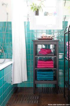 Locul prosoapelor e chiar acolo unde ai nevoie de ele. Păstrează-le aproape de duș, nu într-un raft din dulapul de haine.                                      #bunadimineata #CatalogIKEA2015