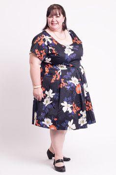 Super lækre sort kjole med hvide og orange blomster 50 Modetøj til Damer i lækker kvalitet