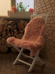 Dieses großes Sitzfell in altrosa verwandelt Ihre Terrasse zu jeder Jahreszeit in eine gemütliche Komfortzone. Stool, Furniture, Home Decor, Fine Dining, Terrace, Dusty Pink, Chair Pads, Home, Decoration Home