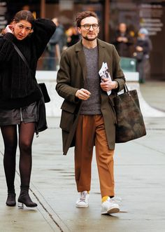 茶パンはオリーブのコートとの相性も良いようです。このオヤジさんも丈は短めで、ストレートシルエットならではのボリューム感をコートと合わせている点がいいですね。