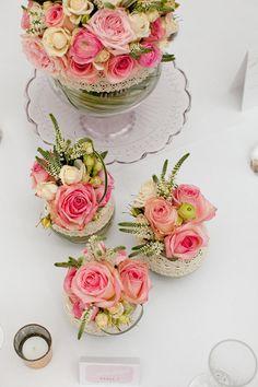 Mas o menos estos son los colores de mi boda: es un rosa muy palido, blanco marfil, verde y hasta se puede integrar un amarillo pastel...