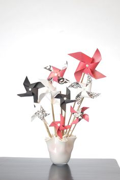 lipstick black and white pinwheel bouquet - party decor idea