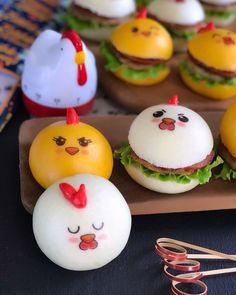 Instagram 上的 Lina Gui:「 Selamat Pagi... Mengawali awal pekan dengan yang lucu-lucu, mini burger pao karakter ayam. Kalau punya edible stamp karakter mata-mata… 」 Mini Burgers, Pudding, Cake, Desserts, Food, Mini Hamburgers, Tailgate Desserts, Deserts, Puddings
