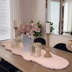 Valentines Budget Decor Ideas - Super simple and affordable valentines decor ideas for your home! DIY, craft and styling videos wee - Table Decor Living Room, Dining Decor, Dining Room Design, Design Bedroom, Design Kitchen, Floral Bedroom Decor, Pink Home Decor, Modern Apartment Decor, Decorating Coffee Tables
