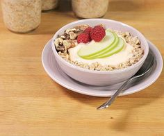 Buzzy breakfast alert! Overnight oats are the master of morning convenience. Transform a power trio of rolled oats, chia seeds, and Greek yogurt into luscious, creamy oatmeal without any cooking or mess. Simply soak the ingre/