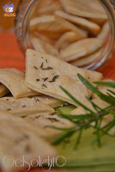 Crackers al farro e rosmarino con esubero di pasta madre