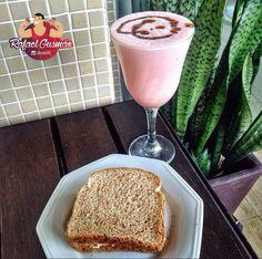 Batida proteica de morango e banana! Bater whey de morango, banana, leite, gelo e farinha de aveia.  Pra acompanhar um sanduíche integral com queijo branco.