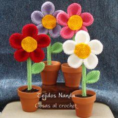 Flores tejidas al crochet en macetas de barro