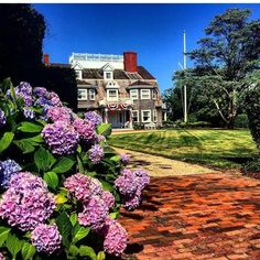 Morning gardening Nantucket Island, Projects To Try, Mansions, Architecture, House Styles, Gardening, Home Decor, Arquitetura, Decoration Home