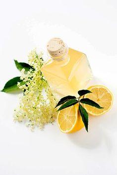 Recept našich babiček na chutný likér z květů bezu, vodky, jablečné šťávy a cukru.